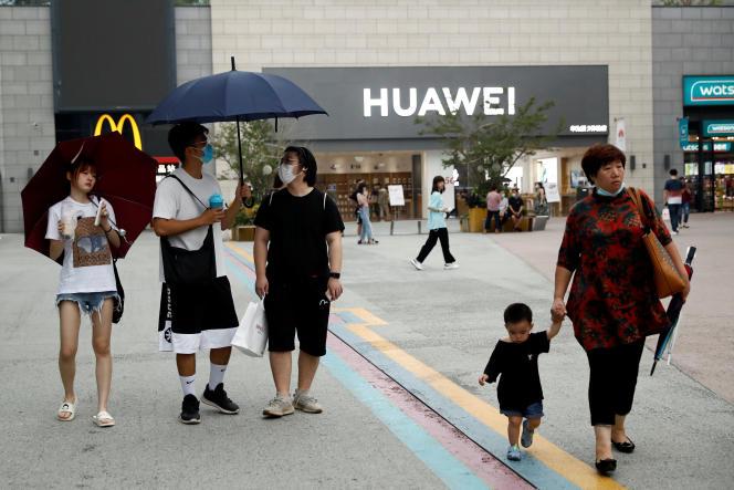 Devant un magasin Huawei à Pékin le 17 juillet.