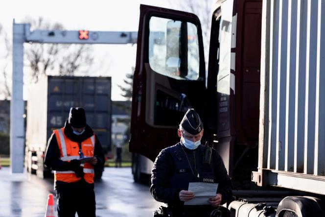 افسران گمرک بلژیک در 14 دسامبر سال 2020 یک کامیون را در بندر Zeebrugge بازرسی می کنند.