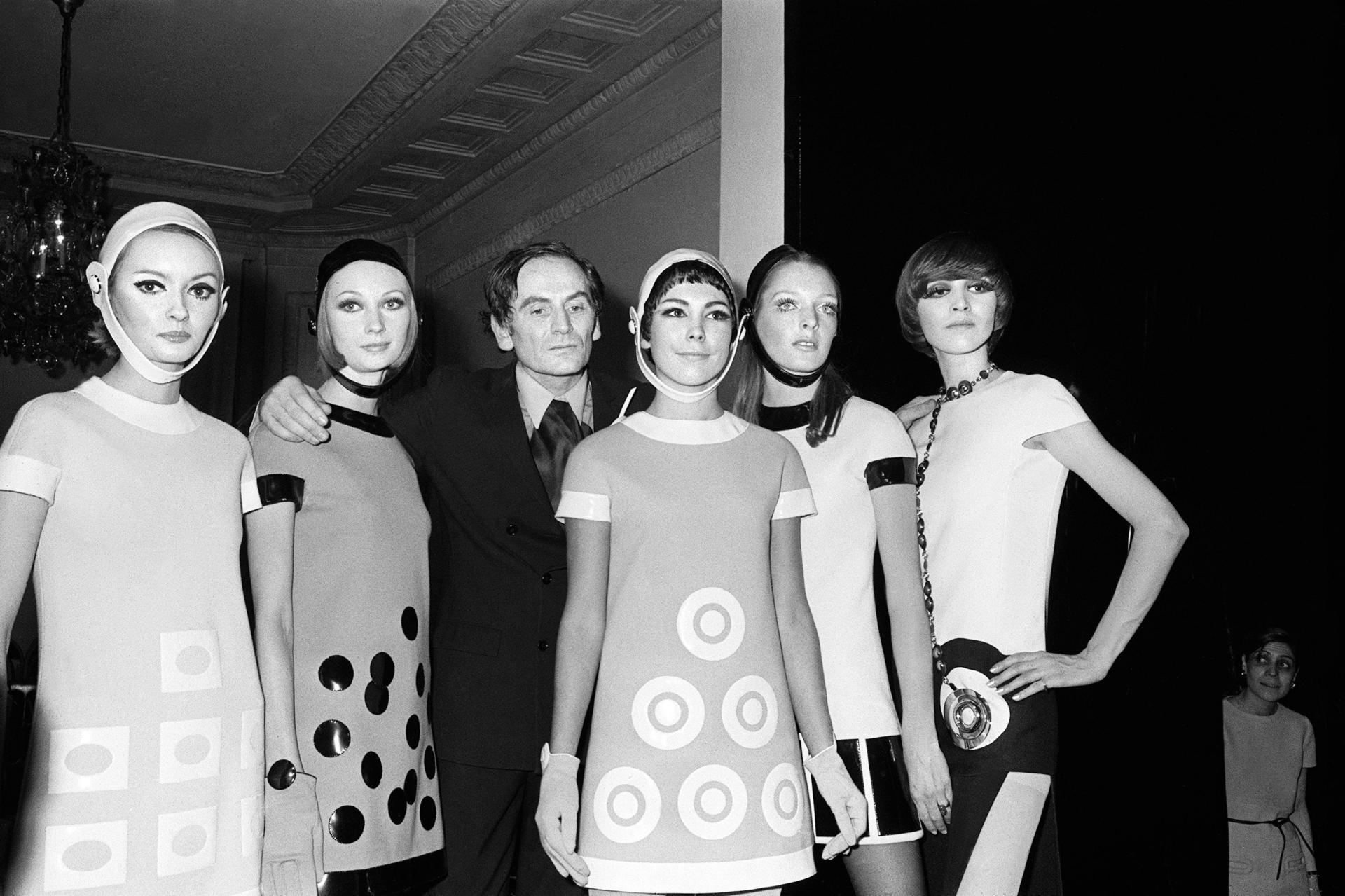 Pierre Cardin avec ses modèles, le 28 janvier 1967, à Paris, lors de la présentation de sa collection printemps-été.