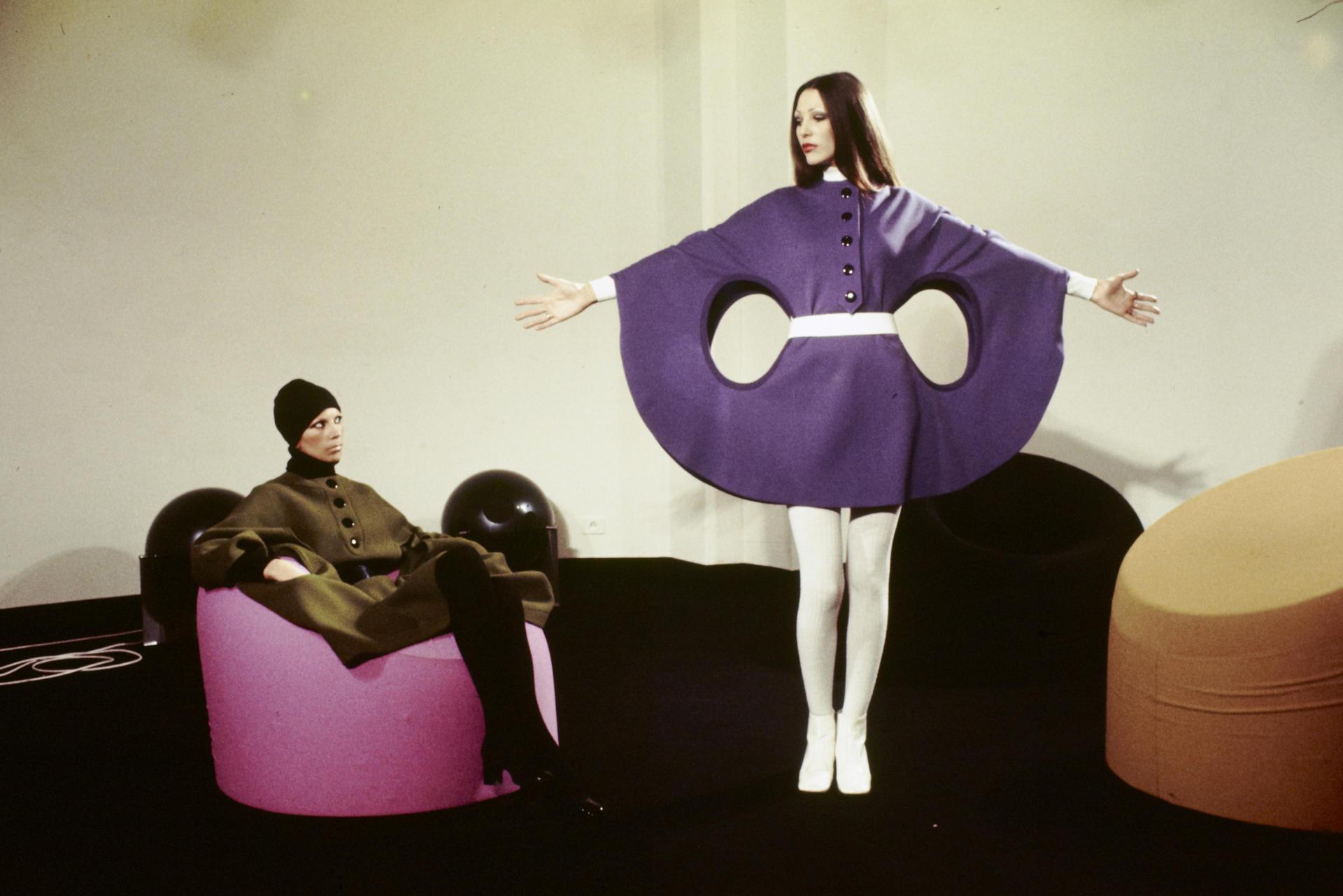 Présentation de modèles haute couture et prêt-à-porter automne-hiver, en octobre 1971.