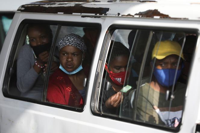 Les passagers d'un taxi collectif à Soweto, en Afrique du Sud, le 29 décembre 2020.