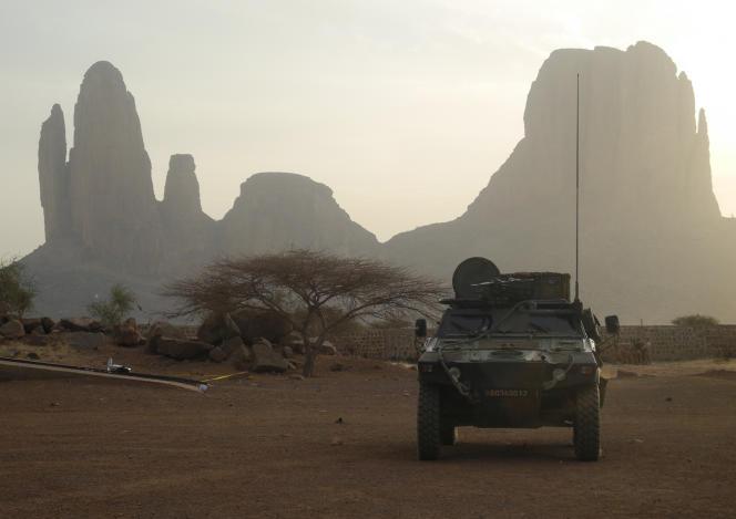 Un véhicule de l'armée française roule près du mont Hombori, au Mali, dans le cadre de l'opération « Barkhane », le 27 mars 2019.