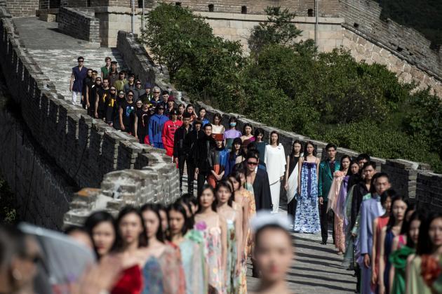 Défilé sur la muraille de Chine, le 20 septembre 2018, célébrant les 40 ans de son implantation dans le pays.
