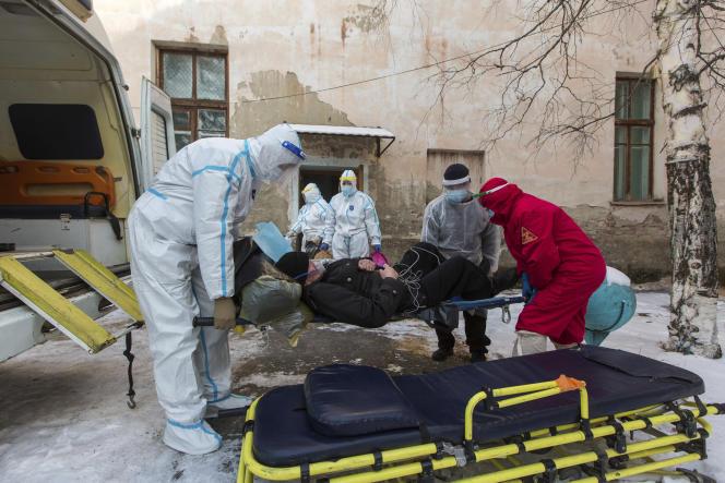 Un patient soupçonné d'avoir contracté le Covid-19 est évacué vers un hôpital à Zakamensk (Russie), le 11 décembre 2020.