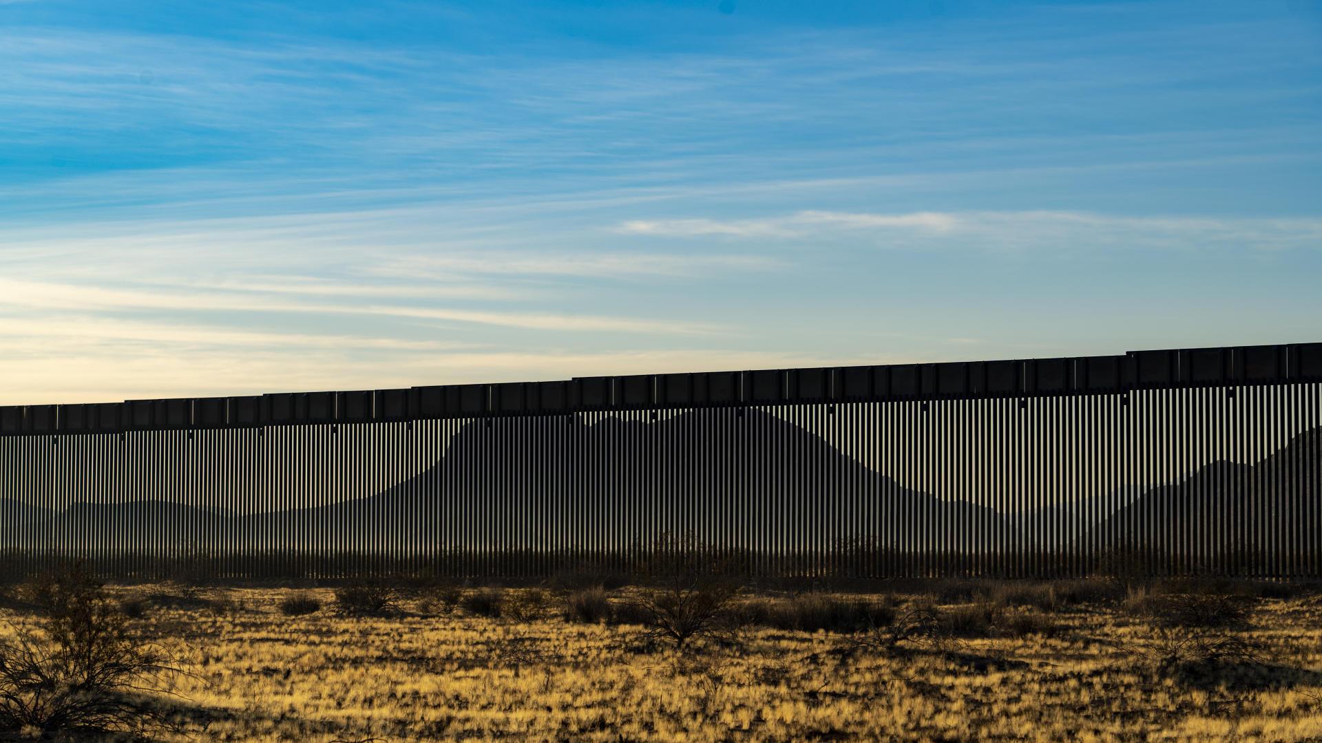 Le mur vu depuis le Cabeza Prieta National Wildlife Refuge – un site de protection de la faune sauvage– , dans le sud-ouest de l'Arizona.