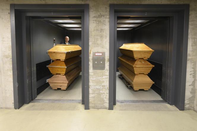 Dans un crématorium, des cercueils dans un ascenseur avec inscrit«Covid-19»à la craie, en Allemagne, mardi 29 décembre 2020.