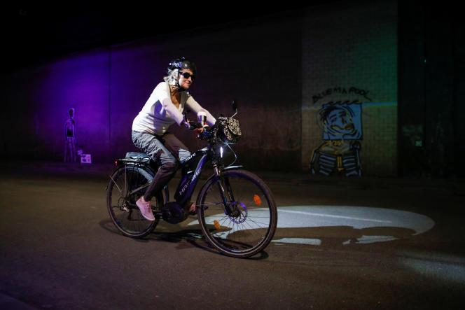 Une femme conduit un vélo électrique dans les rues de Paris, le 14 juin 2020.