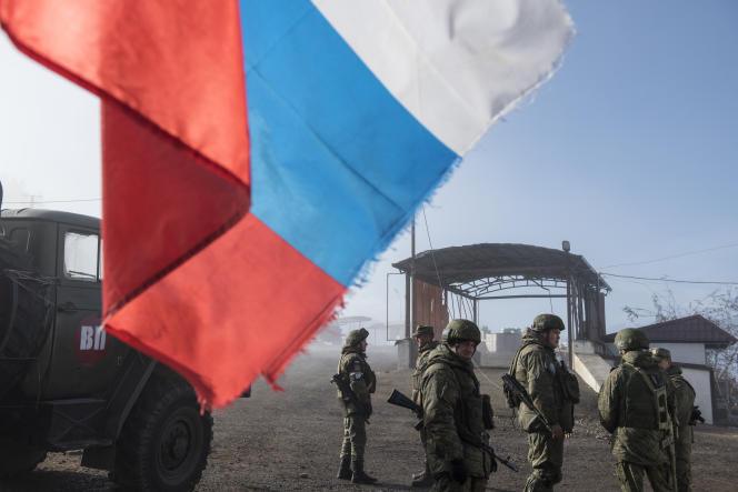 Des soldats russes de maintien de la paix montent la garde, le 14 décembre, à l'entrée de la ville de Choucha, (Haut-Karabakh), reprise le 8 novembre.