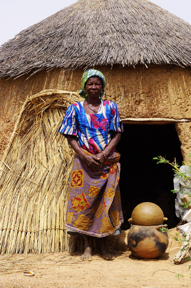 Une potière de la ville de Dapaong, au Togo, fabrique des ruches en terre cuite pour la société des miels d'Afrique.