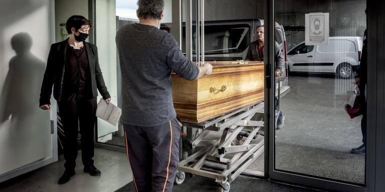 Saint-Etienne, le 23 décembre 2020. Un homme agé de 84 ans, décédé de la Covid-19 arrive au Crématorium Montmartre pour la cérémonie funéraire.