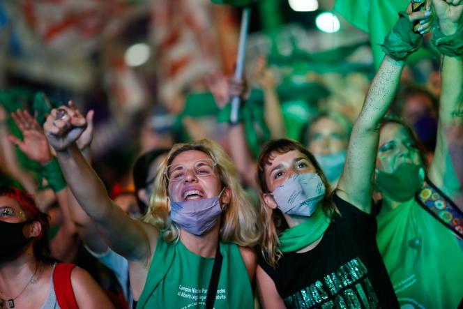 Lors de la manifestation de partisan de la légalisation de l'avortement, devant le Parlement argentin à Buenos Aires, le 30 décembre.