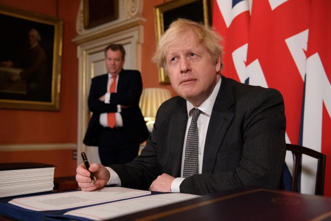 Le premier ministre britannique, Boris Johnson, lors de la signature de l'accord post-Brexit, le 30 décembre 2020, à Londres.