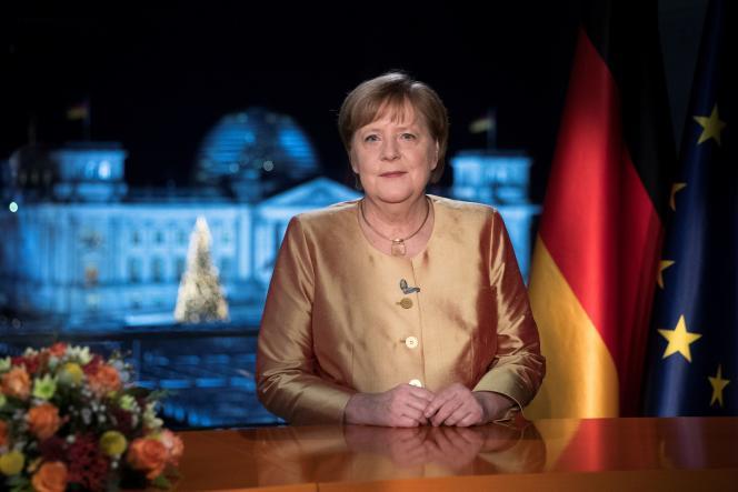 آنگلا مرکل ، صدراعظم آلمان ، پس از نوشتن خواسته های خود در 30 دسامبر سال 2020 در برلین.