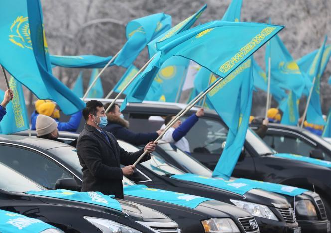 طرفداران حزب ریاست جمهوری نور اوتان پرچم ملی را در راهپیمایی در آلماتی قزاقستان ، 30 دسامبر 2020 به اهتزاز درآوردند.