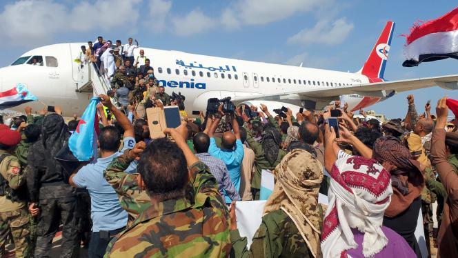 هنگامی که اعضای دولت وحدت ، درست قبل از انفجارها ، چهارشنبه 30 دسامبر ، روی آسفالت در فرودگاه عدن رسیدند.