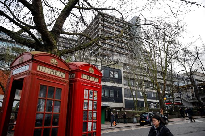 Devant le Royal Free Hospital, le 10 février à Londres.