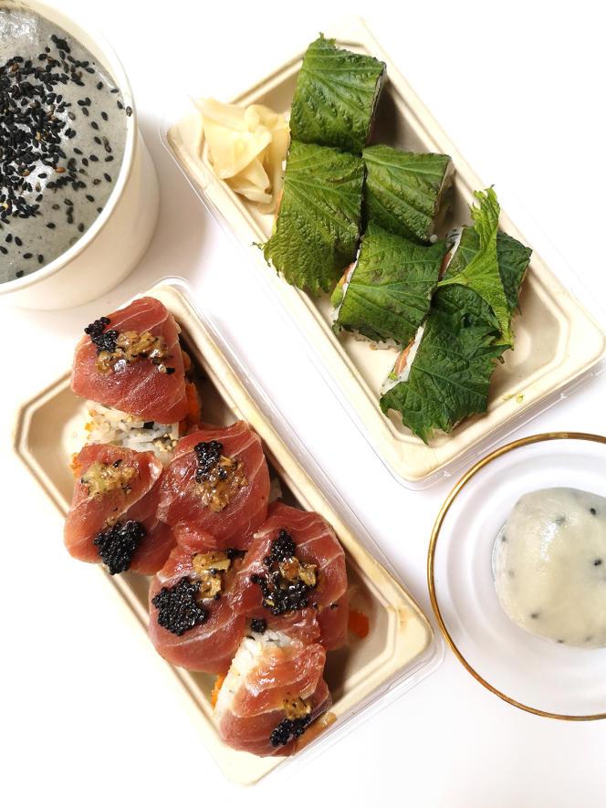De gauche à droite et de haut en bas : tiramisu au sésame noir, Shiso Bomb,Rackham le Rouge et mochi sésame, du Blueberry Maki Bar, à Paris.