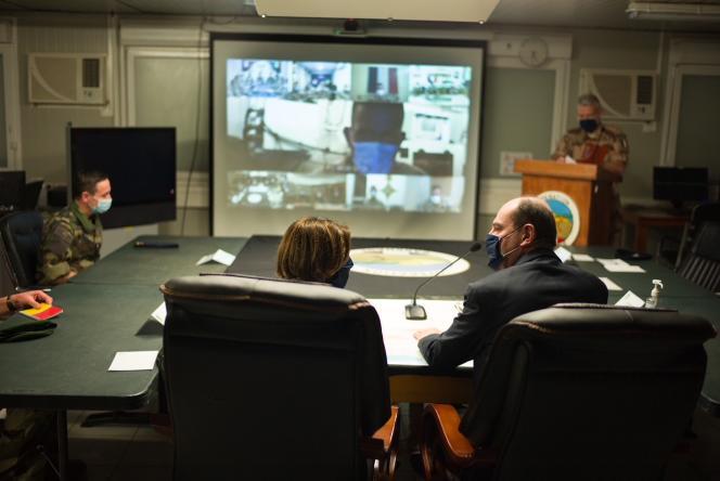 Séquence vidéo du centre de commandement central avec les sites d'opération de Barkhan (Gao, Bamako, Humbori, Niamey), en présence du Premier ministre, Jean Castex, et de la ministre des Armées, Florence Parly, à N'Djamena, Tchad, 31 décembre.