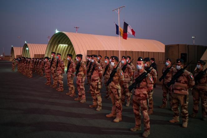Le Premier ministre Jean Castex devant la force Barkhane à N'Djamena, au Tchad, le 31 décembre.