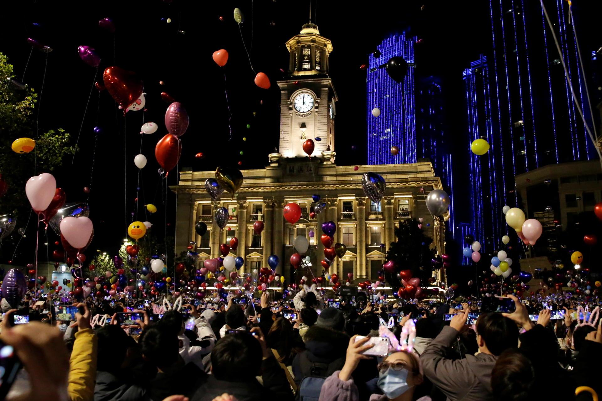 مردم محلی برای جشن سال نو در ووهان ، چین در تاریخ 31 دسامبر جمع شدند.