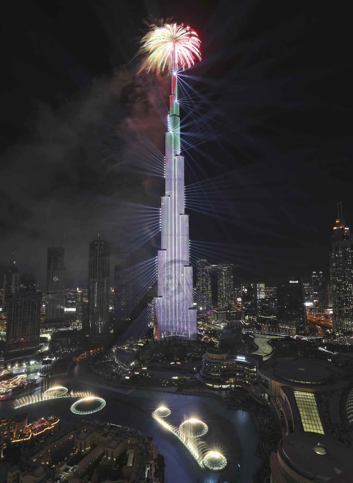 با تصویر پیش بینی شده از شیخ محمد بن راشد آل مکتوم ، معاون رئیس جمهور و نخست وزیر امارات متحده عربی و حاکم دبی ، آتش بازی در برج خلیفه در تاریخ 1 ژانویه منفجر شد.