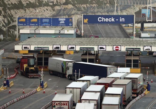 کامیون ها در پایان روز پنجشنبه ، 31 دسامبر وارد ترمینال کشتی در بندر دوور در جنوب انگلیس ، اتصال اصلی کشتی با فرانسه و دیگر بنادر شمال اروپا می شوند.