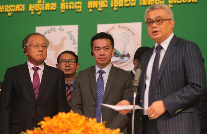 از چپ به راست ، رئیس جمهور Tan Ek Kia و مدیر عامل شرکت Kelvin Tang از KrisEnergy و وزیر اقتصاد کامبوج Aung Pornomorit در آگوست 2017 در پنوم پن.