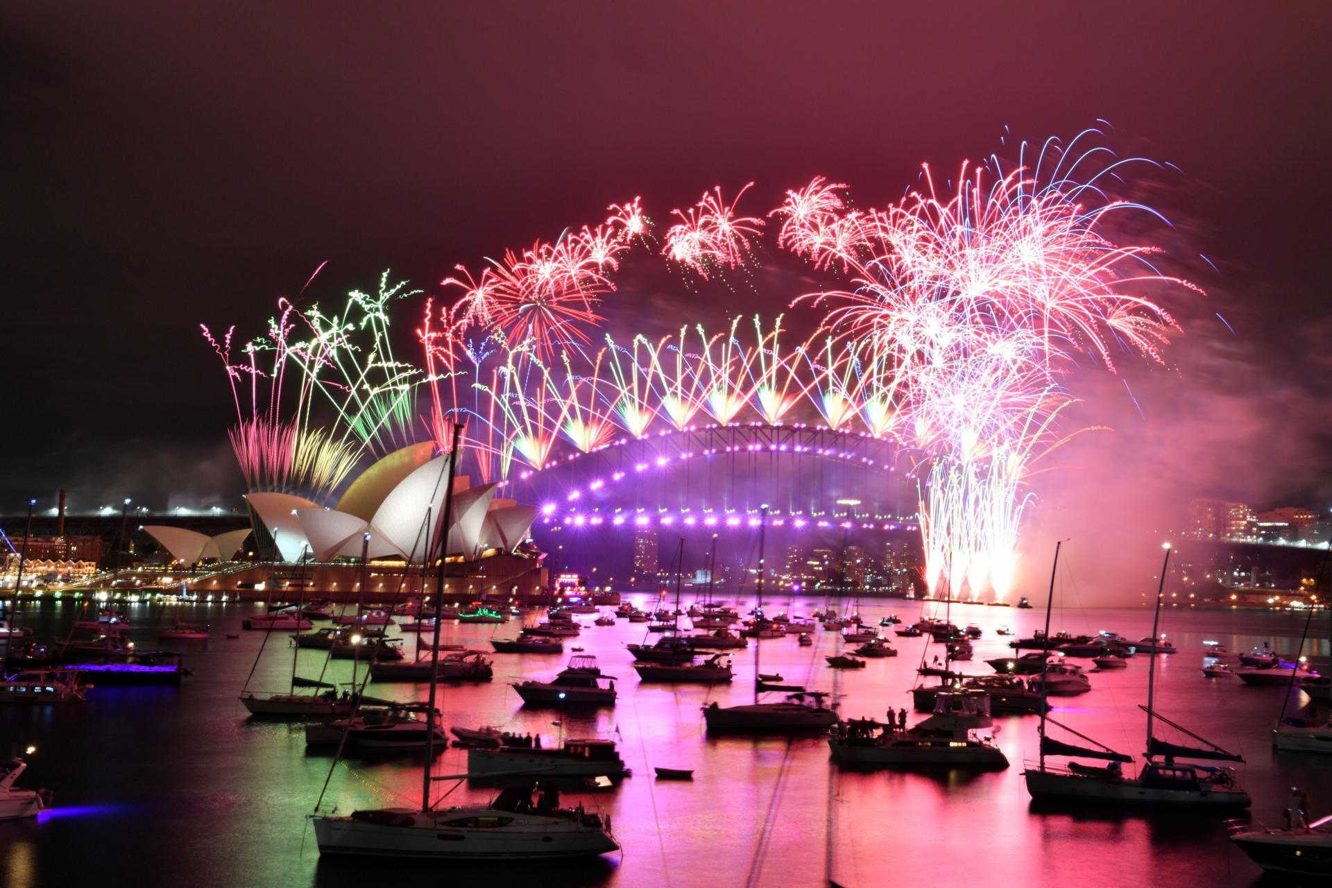 در تعطیلات سال نو کاهش یافته در سال نو در استرالیا ، در تاریخ 1 ژانویه ، آتش بازی بر فراز خانه اپرای سیدنی و پل بندر سیدنی منفجر می شود.