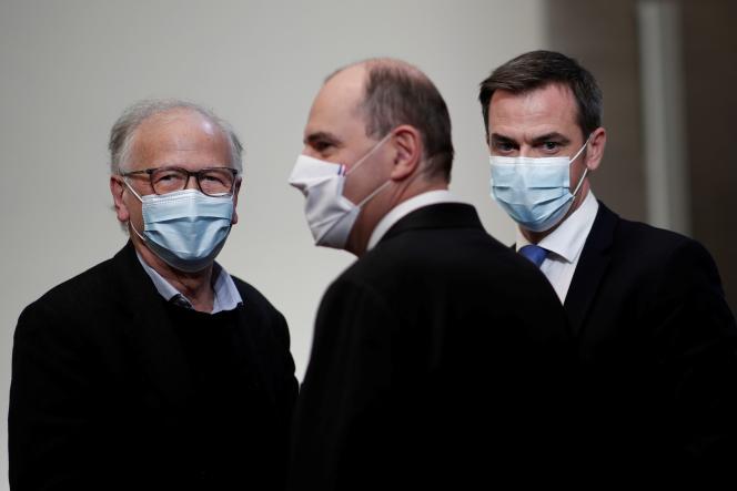 L'immunologiste Alain Fischer, le Premier ministre Jean Castex et le ministre de la Santé Olivier Véran le 3 décembre à Paris.