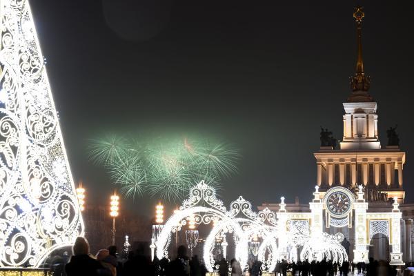 آتش بازی بیش از مرکز نمایشگاهی تمام روسی در مسکو در تعطیلات سال نو.