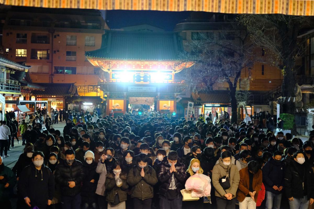 مردم برای اقامه نماز سال نو در توکیو در اول ژانویه به زیارتگاه Kanda Myojin می روند.