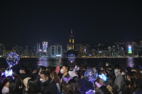 مردم در امتداد ساحل بندر ویکتوریا پیاده روی می کنند تا در 31 دسامبر شب سال نو 2021 را در هنگ کنگ جشن بگیرند.