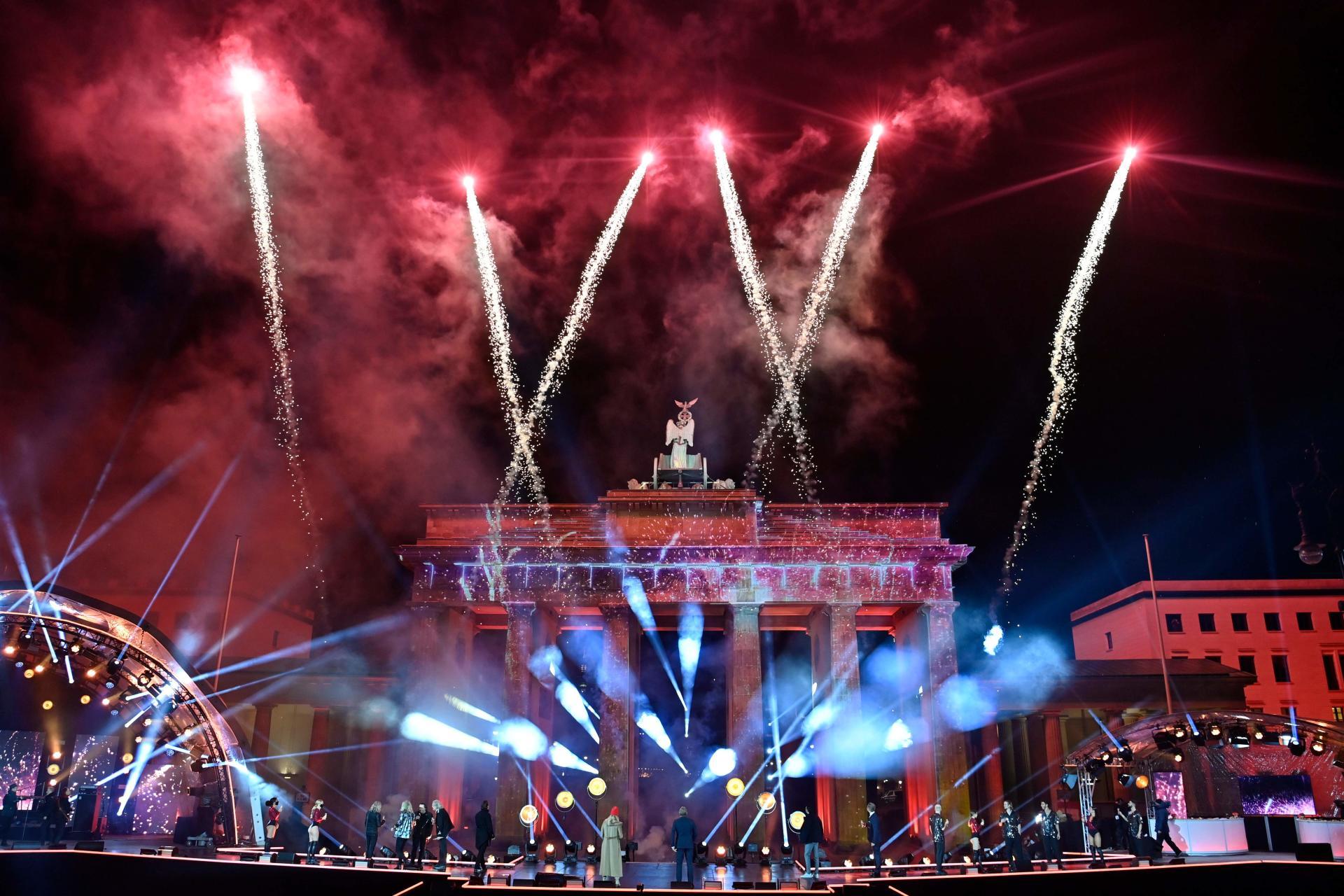 در مقابل دروازه نمادین براندنبورگ در برلین برای ورود به سال نو با کنسرت
