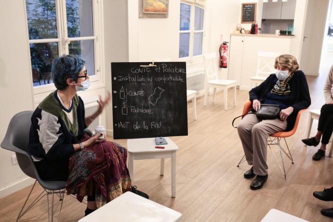 Chantal Removille, psychomotricienne, lit un conte à la Maison Daelia, centre non-médicalisé pour personnes âgées, à Paris, le 17 décembre 2020.