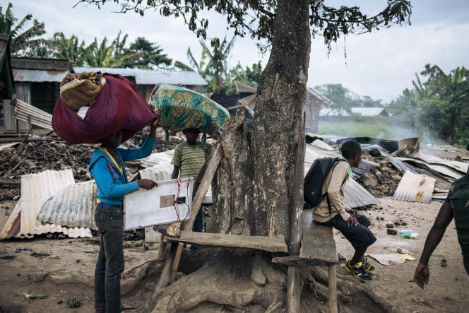 Des habitants fuyant les lieux d'une attaque qui aurait été perpétrée par des membres du groupe rebelle des Forces démocratiques alliées (ADF) dans le village de Manzalaho, près de Beni, le 18 février 2020.