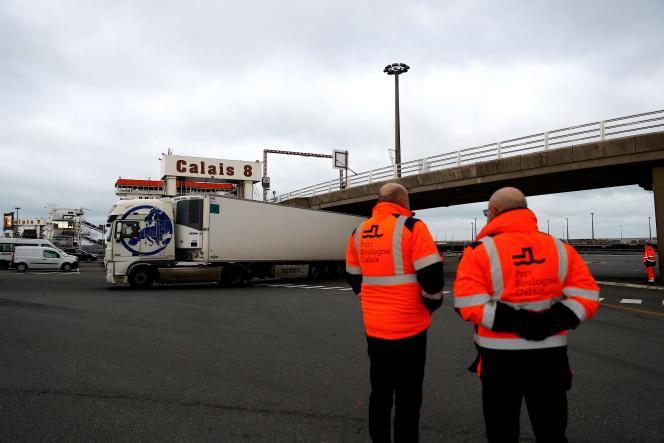 کامیون ها به بندر کاله می رسند.