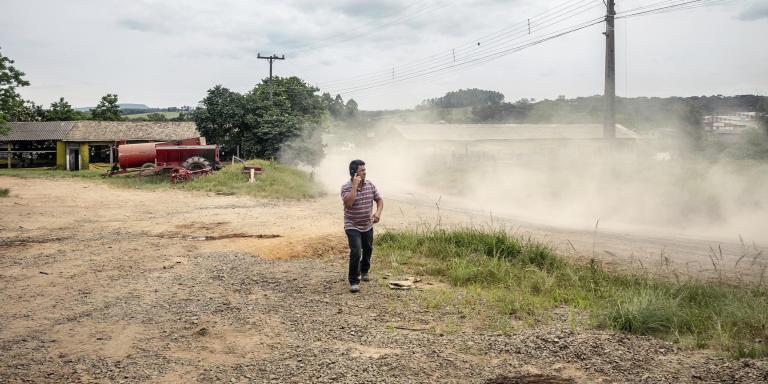 La coopérative de production et d'élevage Nova Santa Rita, située dans la périphérie de Porto Alegre et fondée en 1994, est l'une des trois unités agricoles du MST dans l'état du Rio Grande do Sul. Le MST est un mouvement de gauche créé en 1985 et militant pour que les paysans brésiliens ne possédant pas de terres puissent disposer de terrains pour cultiver. Le mouvement est né historiquement dans le Rio Grande do Sul. A Nova Santa Rita, une petite centaine de personnes vivent autour de maisons bien tenues et de bâtiments de ferme.