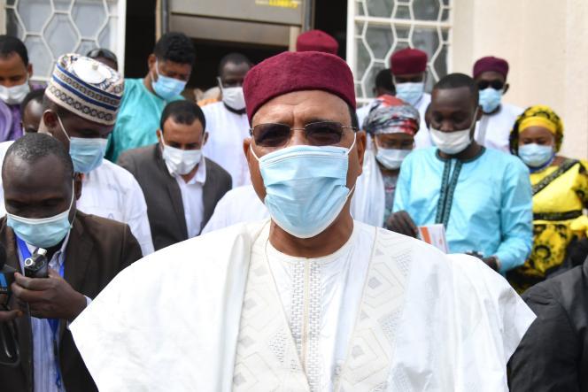 محمد بازوم ، نامزد انتخابات ریاست جمهوری نیجر ، پس از واریز آرا his خود در نیامی طی انتخابات ریاست جمهوری و قانونگذاری 27 دسامبر 2020 ، رای خود را ترک می کند.