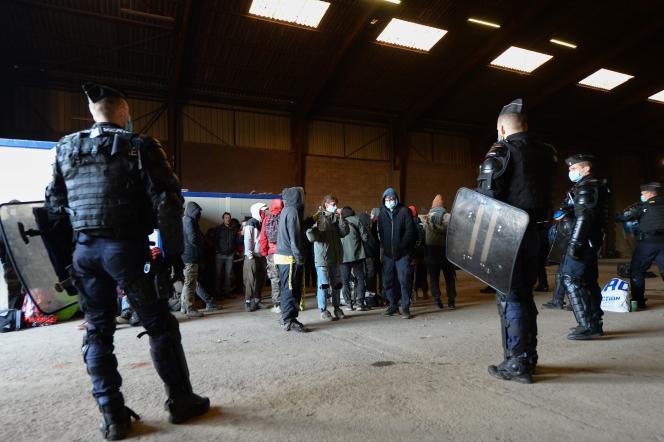 Des gendarmes évacuent les derniers fêtards qui ont participé à une rave dans un hangar désaffecté de Lieuron, le 2 janvier 2021.