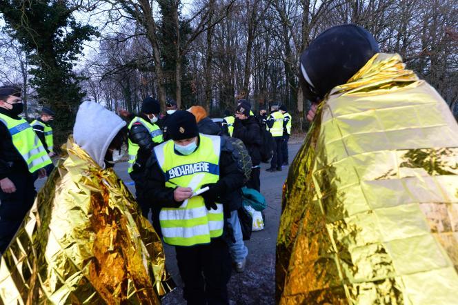 Les gendarmes contrôlent les personnes quittant la fête sauvage, le 2 janvier 2021.