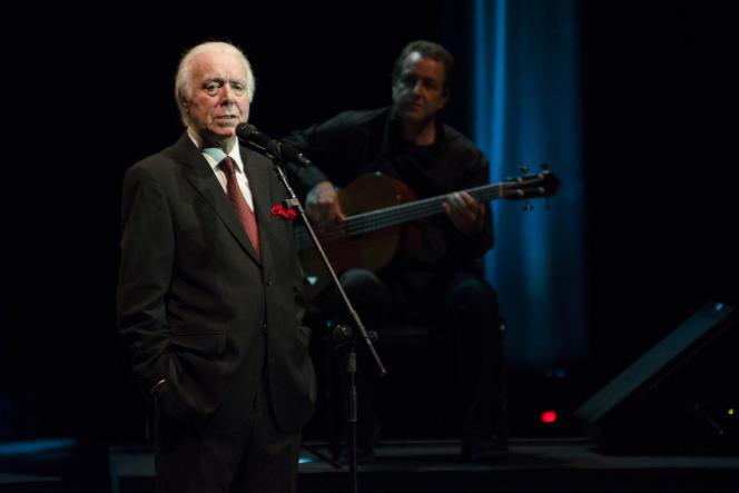 Le chanteur de fado Carlos do Carmo, le 25 avril 2014, lors d'un concert à l'auditoriumIbirapuera à Sao Paulo (Brésil).