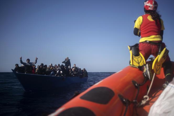 Des migrants aidés par des membres d'une ONG, le 2 janvier 2021, en Méditerranée.