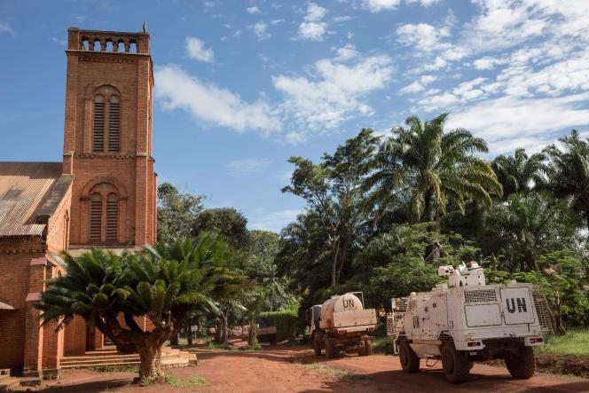 Des véhicules blindés Minusca opèrent près de la cathédrale de Bangassou, dans le sud-est de la République centrafricaine, le 22 août 2017.