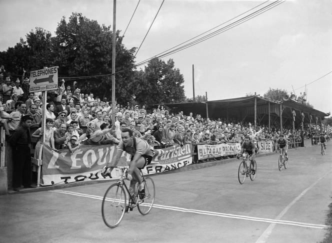 Roger Hassenforder franchit la ligne d'arrivée de la 5e étape du Tour de France 1955 à Colmar le 11 juillet 1955.