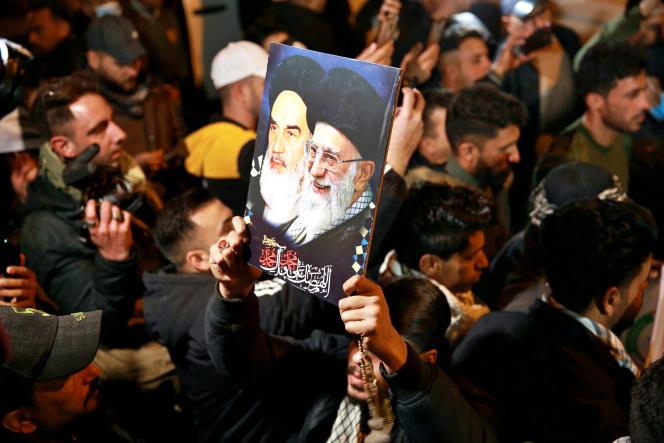 معترضین ، شب گذشته در تاریخ 2 ژانویه در برابر 3 ژانویه 2021 ، یک سال پس از مرگ ، عکسهای قاسم سلیمانی و ابومهدی المهندیس را در فرودگاه بغداد برگزار کردند.