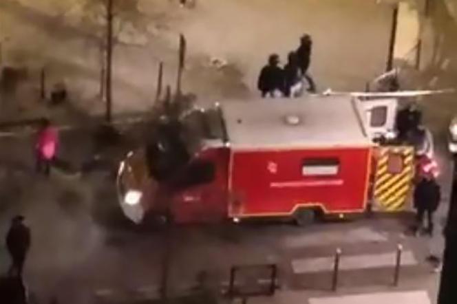 Capture d'écran d'une vidéo amateur, des médecins de l'Université de Samo évacuent les victimes d'une fusillade à Bordeaux, le 2 janvier.