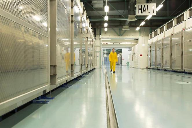 عکس توزیع شده توسط سازمان انرژی اتمی ایران در تاریخ 6 نوامبر 2019 ، نمایانگر فضای داخلی کارخانه تبدیل اورانیوم فردو در استان کوم.