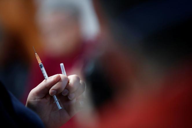 Un médecin tient une dose du vaccin Pfizer-BioNTech contre le Covid-19 à l'Ehpad de Saint-Renan, près de Brest, le 4 janvier.