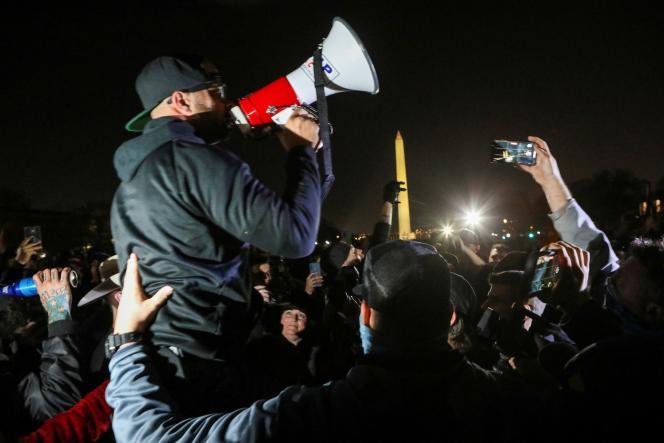 ترتیبات معترضان انریکه تاریو طرفدار ترامپ و اعضای جنبش راست افراطی او ، پسران مغرور ، در طی تظاهرات در واشنگتن در 11 دسامبر.