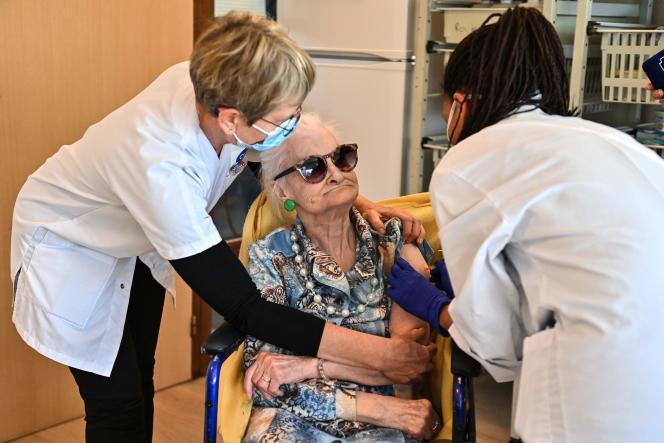 Un médecin administre une dose de vaccin Pfizer-BioNtech à une femme âgée, le 4janvier, au centre de gérontologie Antonin-Balmes, à Montpellier.
